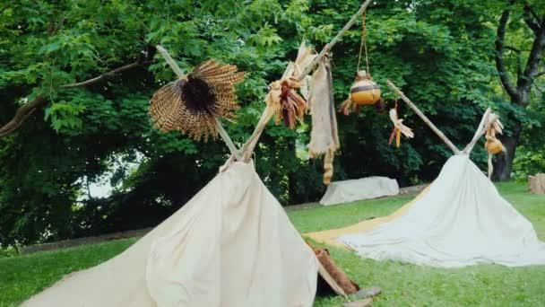 Két hagyományos indiánok sátrak wigwams. Táborhely az erdőben