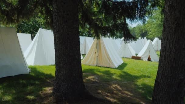 Egy öreg katonai tábor, sátrak sora áll az erdőben. Újjáépítése az idők a háborúk az indiánok Észak-Amerikában