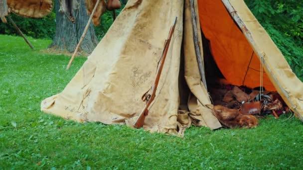 Egy régi vadász sátor az erdőben, benne hazugság állati bőr és a fegyvereket. Amerikai úttörők