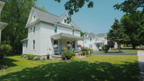 Projděte se po pěší stezce podél typických amerických domů na předměstí. Střela Steadicam