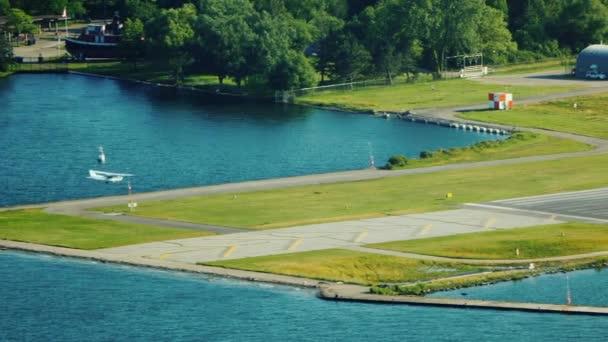 Malé letadlo přistane na letišti Central Island v Torontu.
