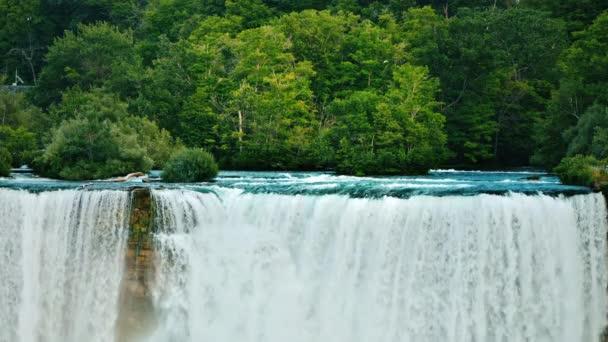 Niagara a Niagarské vodopády na pozadí zeleného lesa-nádherná krajina americké přírody