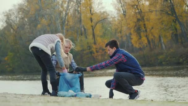 Volunteers clean household waste by the lake