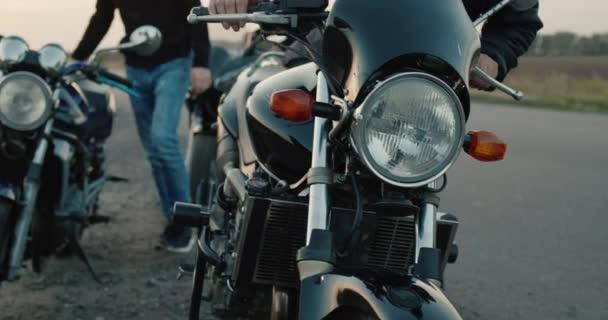 Skupina motorkářů nasedne na motocykly a vyrazí na cestu