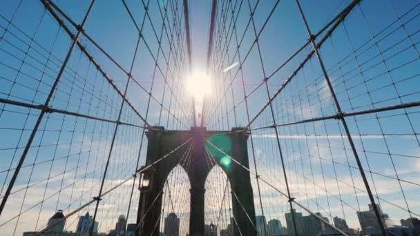 Procházka z Manhattanu do Brooklynu po krásném Brooklynském mostě. POV video