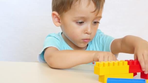 Malý chlapec je založena z barevných bloků.