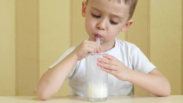 Dítě umožňuje bubliny v koktejl brčkem.