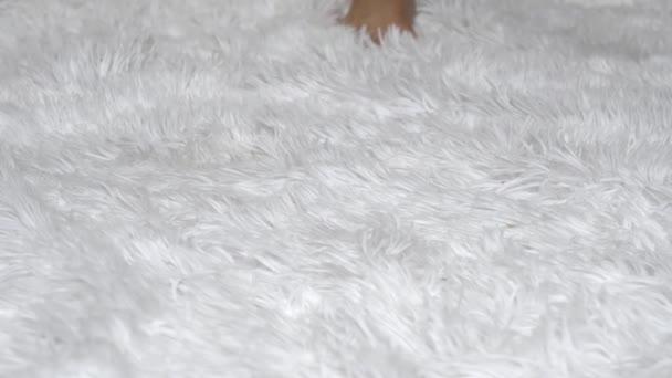 Nohy mladá žena close-up na bílé podlaze. Pojetí krásy a zdraví