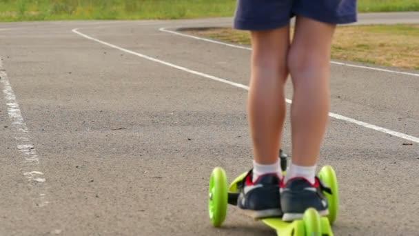 Detail dětské jezdecké skútr na cestách