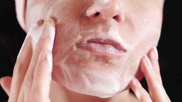 Womans arc részlete. A lány egy tisztítószernek vonatkozik, és masszázs neki. Arcbőr ápolás, a szépség és az ellátás fogalmának.