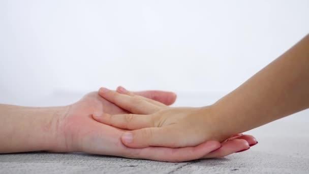 A kezét a gyermek fekszik a kezét, az anya, zár-megjelöl. A fogalom, a szerelem és a család
