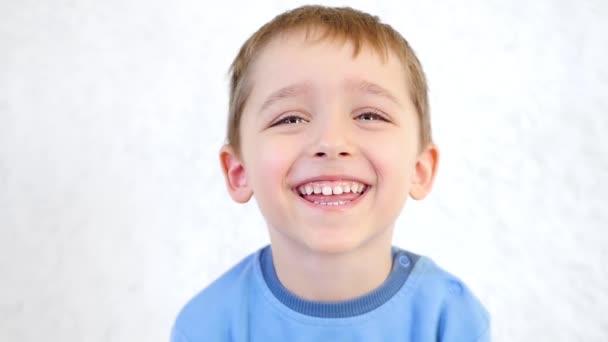 A boldog, örömteli mosolygó gyermek portréja