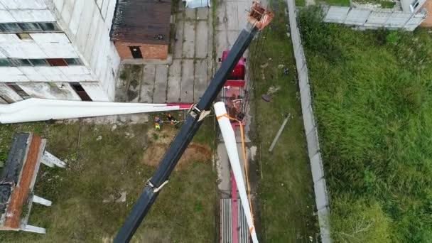 A quadcopter felszáll egy darura egy hatalmas szerkezettel a vonalakon..