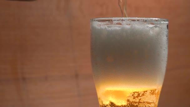 Studená džbánek piva v baru zpomaleně