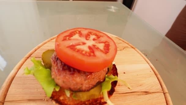 Mladý muž se těší jíst a ochutnávka Delicious Veganská houbová Burger člověka mají chutný burger