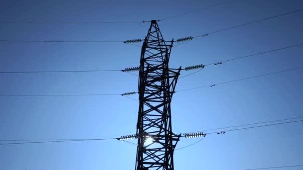 Hochspannungsfreileitung und Strommast gegen Stadtleitung und Verteiler-Umspannwerk