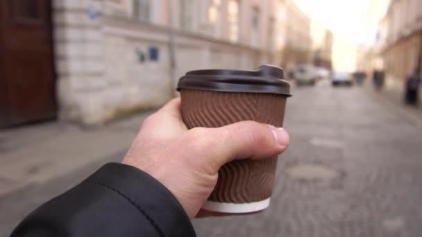 Muž s kávou v ruce jde do práce. muž vede kávu jít