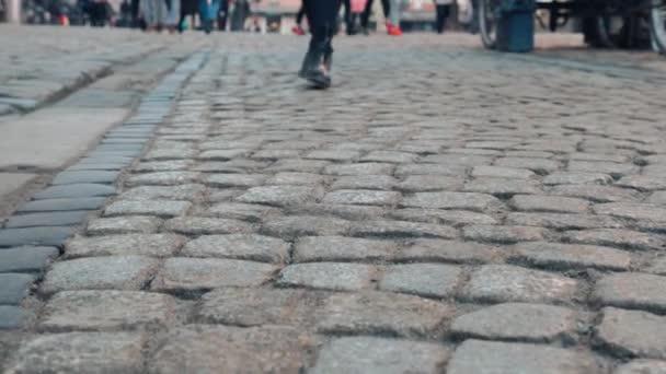 Datailní pohled mladých žen projít downtown. Podnikatelka, na sobě černé boty s podpatky. turistické žena na staré kamenné ulice