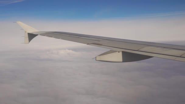 Letadlo letu. Křídlo letadla letícího nad mraky s západu slunce na obloze. Pohled z okna letadla. Letadlo, letadla. Cestování letadlem