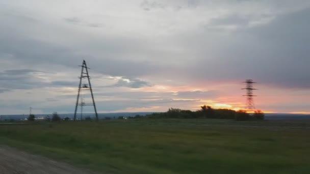 Krásný západ slunce nad poli, výhled z okna auta na koni