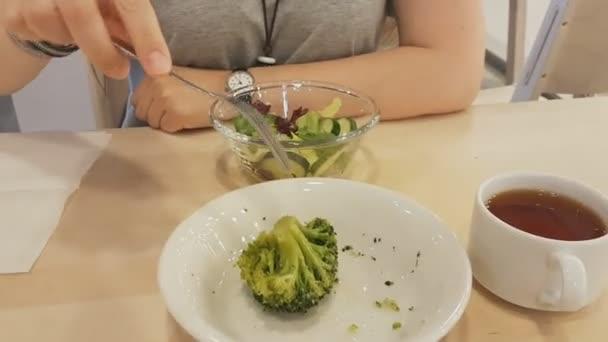 Mladá krásná žena s rudými vlasy, posezení v restauraci a jíst vegetariánské jídlo. zdravý životní styl, zdravá výživa