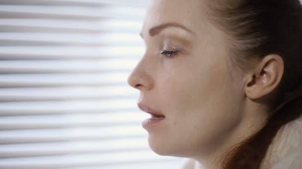 Nemocná žena, kýchání a vysmrkala kvůli alergii