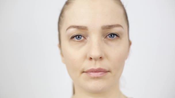 krásná žena, která se dívá na kameru, Ženský portrét na bílém pozadí