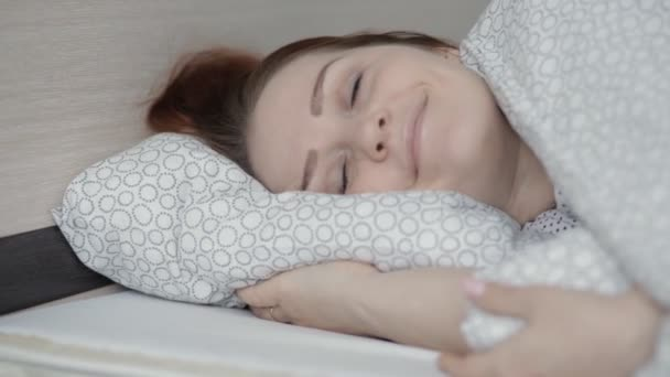 Nádherná životní styl žena spící doma v posteli