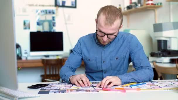 Pohledný muž, návrháře, pracovat v kanceláři kreativní agentura