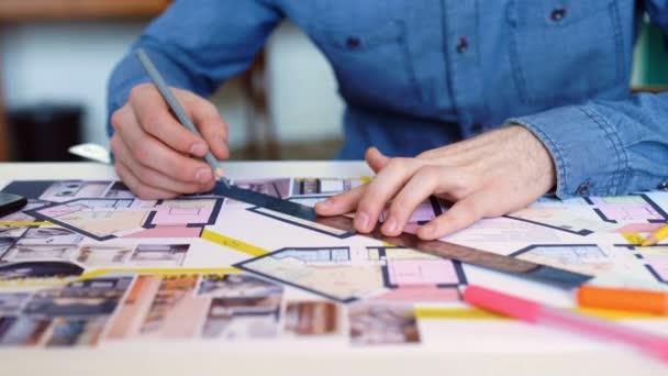 Architekti stůl: kresby, Svinovací metr, pravítko a dalších nástrojů kreslení. Inženýr pracuje s výkresy v světlé kanceláře, detail. Insturments a kancelář pro návrháře. Mužské ruce kreslit tužkou.