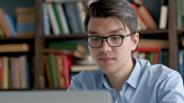 Diák előkészítő vizsga és tanulási leckék iskolai könyvtár, hogy a kutatás laptop és böngészni az interneten