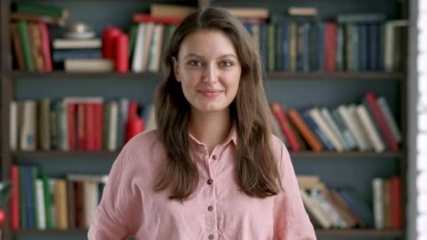 portrét ženy krásný mladý knihovník v knihovně atraktivní studentka usmívající se zavřít do