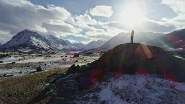 Silueta batohem pěšky směrem k okraji skalnatého vrcholu uvažovat o nádherné panorama