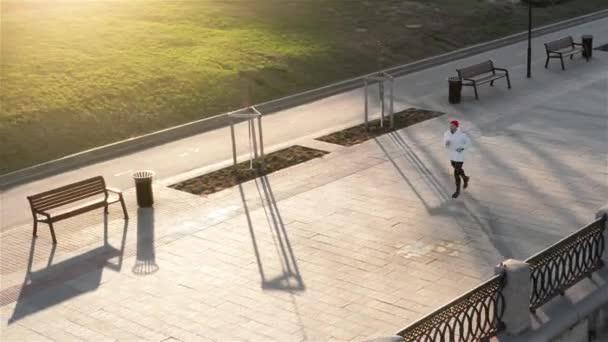 Pohled shora sportovec běžec trénink na silnici v černém oblečení na střední pozici. Svalovou fit sport modelu sprinter výkonu sprint na město road. Délka celého těla kavkazské modelu.