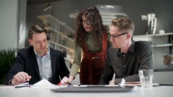 Tým architektů pracuje na papírovém plánu. Business Woman Suggest Idea to Designer. Koncepce výstavby, architektury, rozvoje a kreativity.