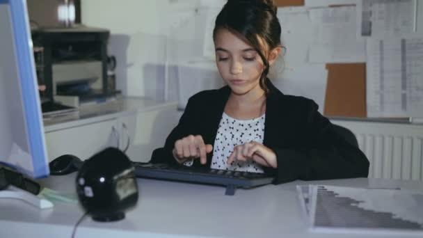 Ufficio Elegante Jobs : Elegante ragazza lavora volentieri con computer in ufficio k