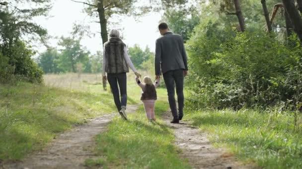 Šťastná rodina chodí s jejich malé dítě o povaze. Pomalu
