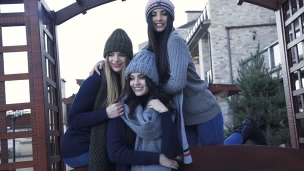 Hezké dívky v teplé stylové oblečení pózuje na dvoře. 4k