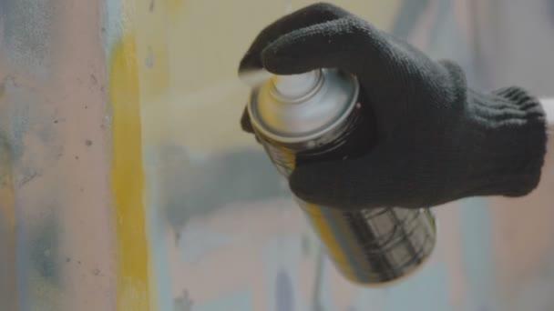 A kéz a fekete kesztyűt rajz graffiti fal léggömb nézet bezárása