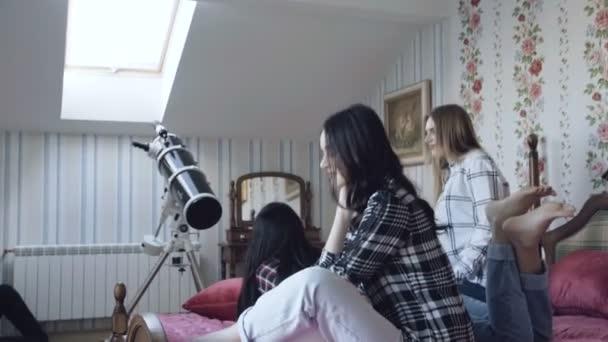 Három fiatal lány miután pihenni ágyon divatos otthon. 4k.