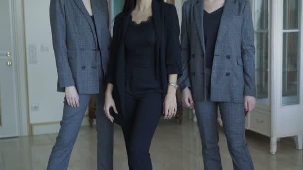 Tři bohaté modely pózuje v značky oblečení na kamery vnitřní. 4k
