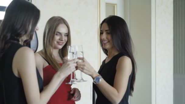 Tři hezké dívky v šatech, s malý rozhovor a pije šampaňské na sekulární strany. 4k