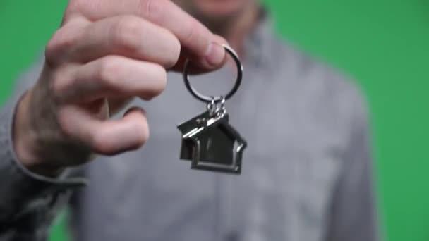 Detail rukou předat doma klíče. Klíč do nového domova. Zelená obrazovka