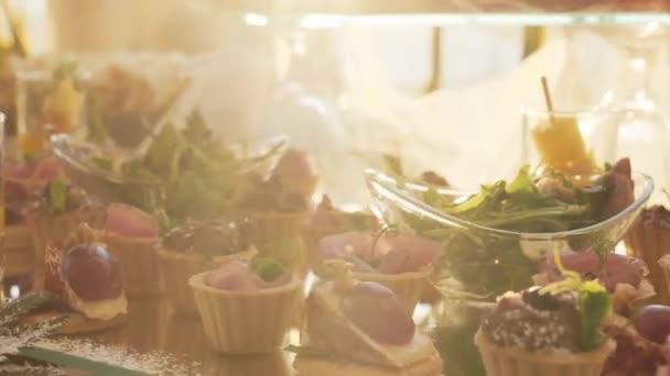 Krásně zdobené stravování banket stůl s různých potravin občerstvení a předkrmy na slunci na svatební oslavu nebo firemní vánoční narozeniny strana události.