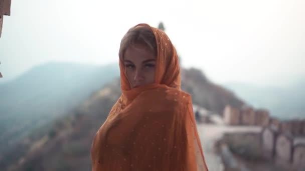 Nahaufnahme eines Mädchens in einem indischen Kleid Sari bedeckt ihr Gesicht mit einem Tuch. Porträt eines schönen indischen Mädchens im Park.
