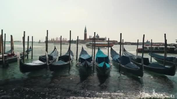 Velence Olaszország. Gondolát a Grang Canal, San Marco tér San Giorgio di Maggiore templom a háttérben.