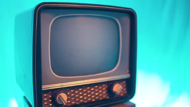 Régi szüreti TV kikapcsolása. 70-es stílusú televízió