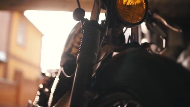 Klasszikus motorkerékpár vámgarázsban. Vintage stílusú kávézó versenyző motorkerékpár. Rockabilly életmód és az ember hobbi. Motorkerékpár háttér. Vintage motorkerékpár