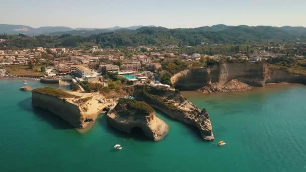 Drohne Vögel aus der Vogelperspektive Video von ikonischen weißen Felsen vulkanischen Formationen des Kanal d amour in Sidari Bereich, Griechenland