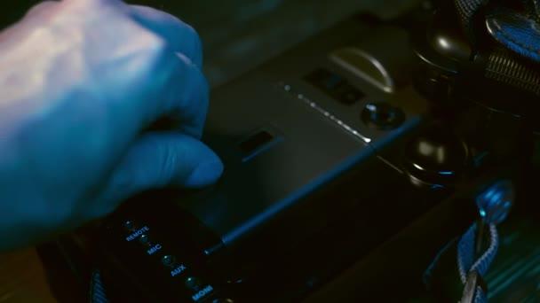 Ember használ szüret 8mm haza film fényképezőgép. Filmkazetta betöltése. Régi film kamera szuper 8